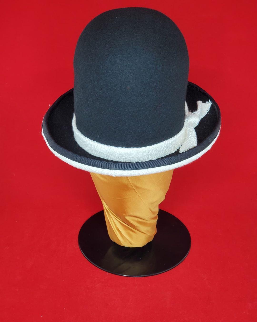 Den sorte hatter. Rockers Uptown Bowler. Uldfilt med en afrikansk mudderklud ...