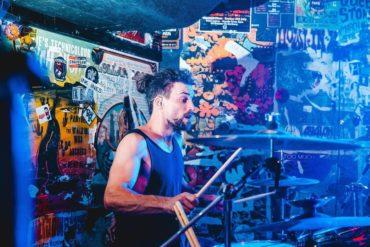 """Pensamientos de un baterista durante un show: """"Oh joder, estaba pensando en algo el ..."""